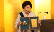 認証30周年記念楯と大野会長